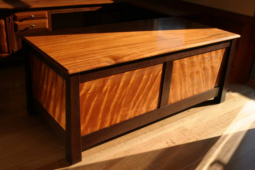 This signature desk design was almost totally inspired by the curly mahogany which lights up from the inside when light finds its surface.
